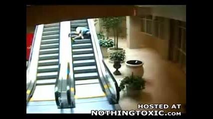 Дядо пада по ескалатор
