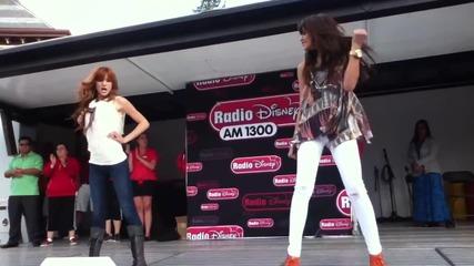 Бела и Зендая танцуват