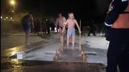 Рускини се кръщават в ледена вода