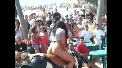 яко момиче язди механичен бик