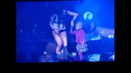 Miley Cyrus - The Climb with little girl at the Concert for Hope