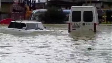 Кола-подводница по време на наводнение