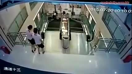 Трагичен инцидент в Китай! Жена загива на ескалатор, но успява да спаси детето си
