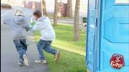 Скрита Камера - Деца Отмъкват Роклята На Жена Докато Е В Тоалетната