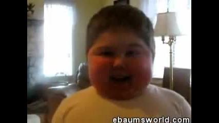 Дебело дете пее много смешно