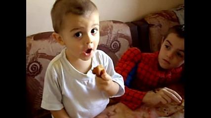 децата ядат бухти с мед и захар