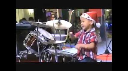 От това дете ще стане много добър барабанист !