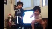 Две малки сладурчета танцуват много добре