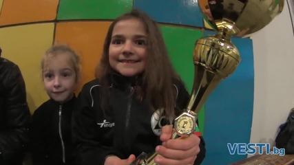 Огнено момиче обира медалите на леда