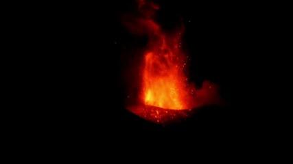 Вулканът Етна освети с избухването си небето над Сицилия