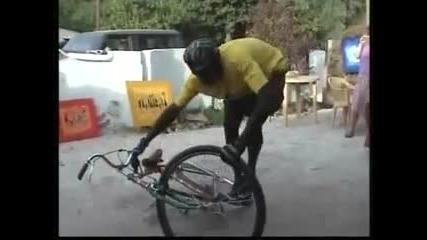 Този сигорно спи с това колело!