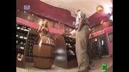 Голи и смешни Гола мацка предлага чаша винце