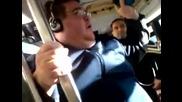 Ненормалник пее в автобуса (смях)