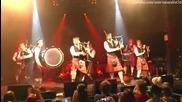 Скандинавски музиканти свирят известна рок песен с гайди и барабани