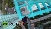 Русия: Младеж се разхожда по покрива на сграда в Санкт Петербург
