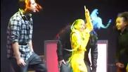 Джъстин прецаква Уилоу на сцената в Манчестър 20.03.2011