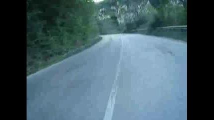 Как Куче Ми Изкочи На Пътя С Мотора