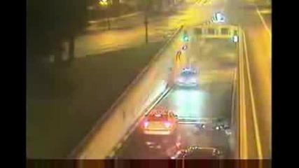Луд моторист се забива в патрулка с бясна скорост!!!(+16)