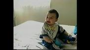 Бебе се смее до дупка!!!