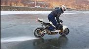Мотор с шипове на гумите burnout на лед