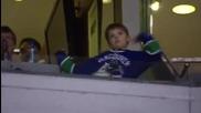 Малък фен на хокея побърка публиката с неговия Dance :)