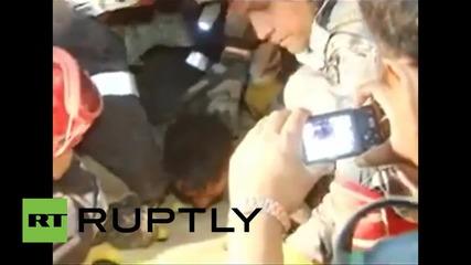 Непал: Мъж, прекарал 82 ЧАСА под срутена сграда, е намерен и спасен