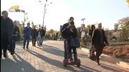 Андрей вози дами с ръчна количка