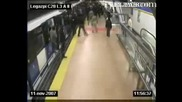 Войник срещу 60 антифа в метро (цял