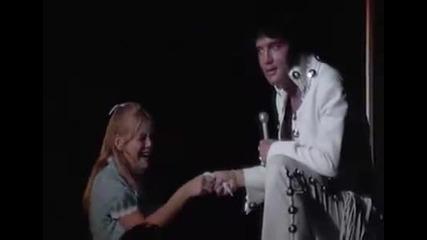 Елвис целува жени от публиката