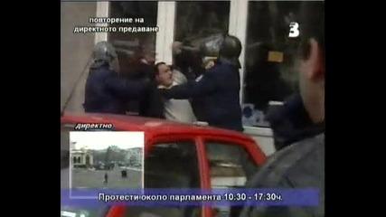 Полицията напада невинен гражданин и журнлисти