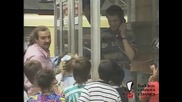 Смях ! Деца притесняват хората в телефонната кабинка ! Скрита камера !