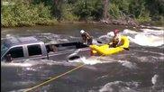 Хора спасяват куче от потънал в река пикап