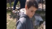 Дете се скъса от пърдене
