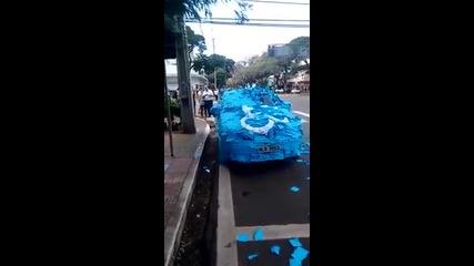 Граждани в Бразилия облепиха колата на нарушител спрял на място за инвалиди .