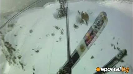 Лудаци се спускат по жици със ски.
