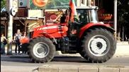 Абитуриент с трактор, окичен с българският флаг беше атракцията в Добрич
