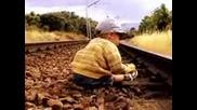 Смях - Луда Бабка Спасява Дете От Влак