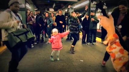 Сладко дете се забавлява на песента на улични музиканти в метрото