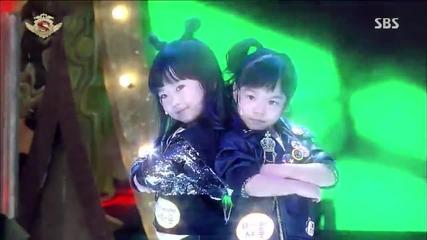 Две страхотни момиченца танцуват