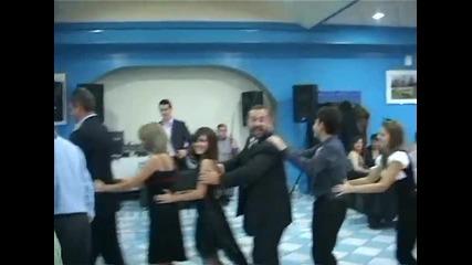 Луд дядо танцува танца на пингвините ( смях )