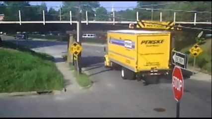 Камион се разбива в мост