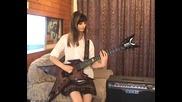 Момиче свири страхотно на соло китара!