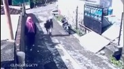 Луда прецаква крадец