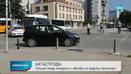 Моторист с опасност за живота след удар с автобус в София