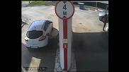 Ето как небрежна жена зарежда колата си с гориво !