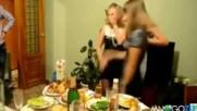 Руски абитурентки празнуват