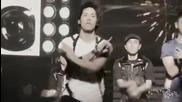 Jonghyun изгубва нещо на сцената