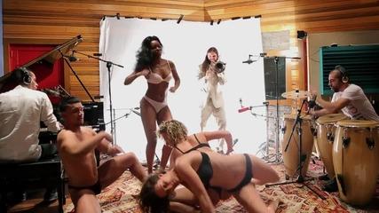 Барабанист показа талант върху голи жени