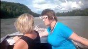 Жени с лодка изпреварват камион - Русия