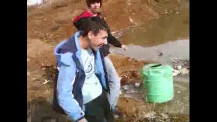 Пияни плуват с бидон в езеро